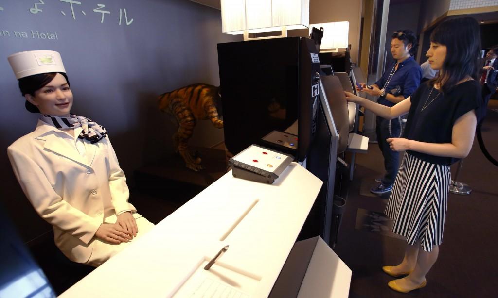 Робот-администратор в Henn-na Hotel, Япония
