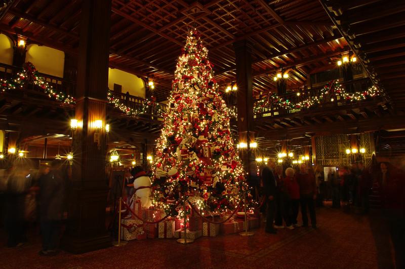 Украшенная ёлка в отеле Hotel del Coronado на Новый год 2010