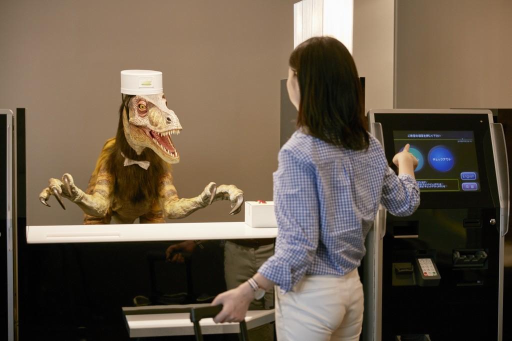 Робот-динозавр для англоязычных постояльцев Henn-na Hotel Japan