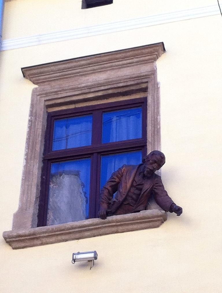 Ян Зег выглядывающий из окна, Львов