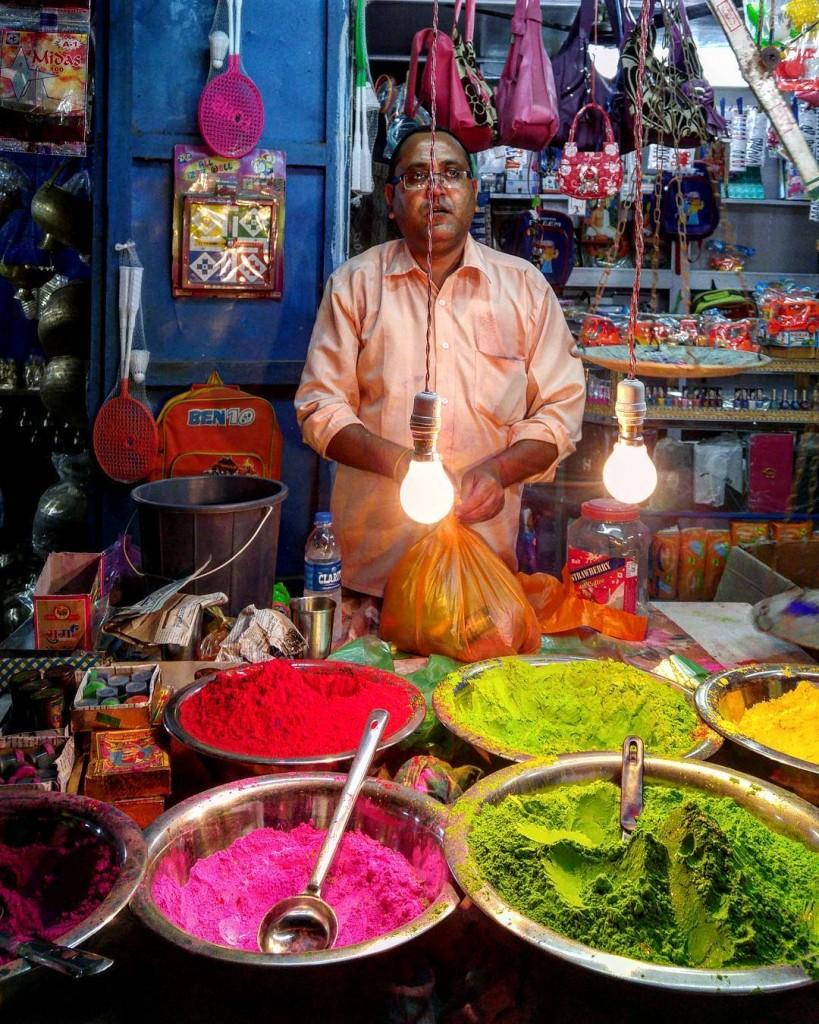 Прилавки с красками Холи, Индия
