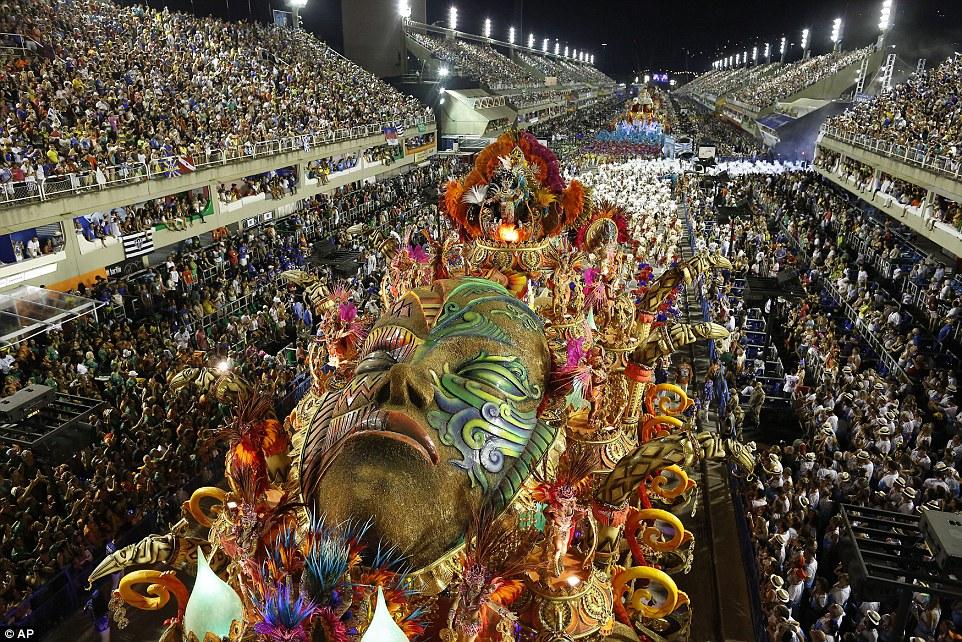 Парад на Бразильском карнавале