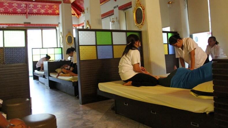 Тайский массаж в храме Будды в Бангкоке