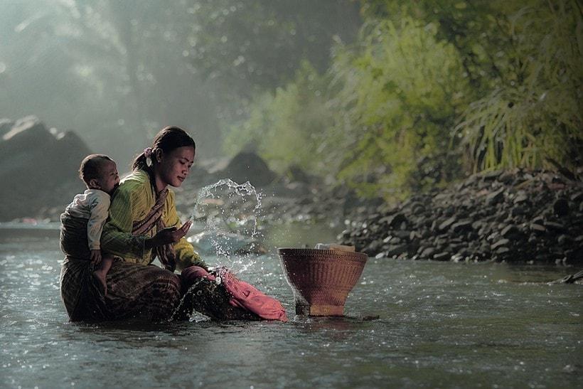 zhenshhina-s-rebenkom-na-reke-aziya