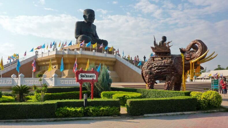 Храм Wat Huay Mongkol в Хуа Хине