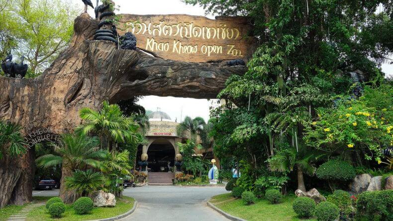 Главный вход в зоопарк Кхао Кхео в Паттайе