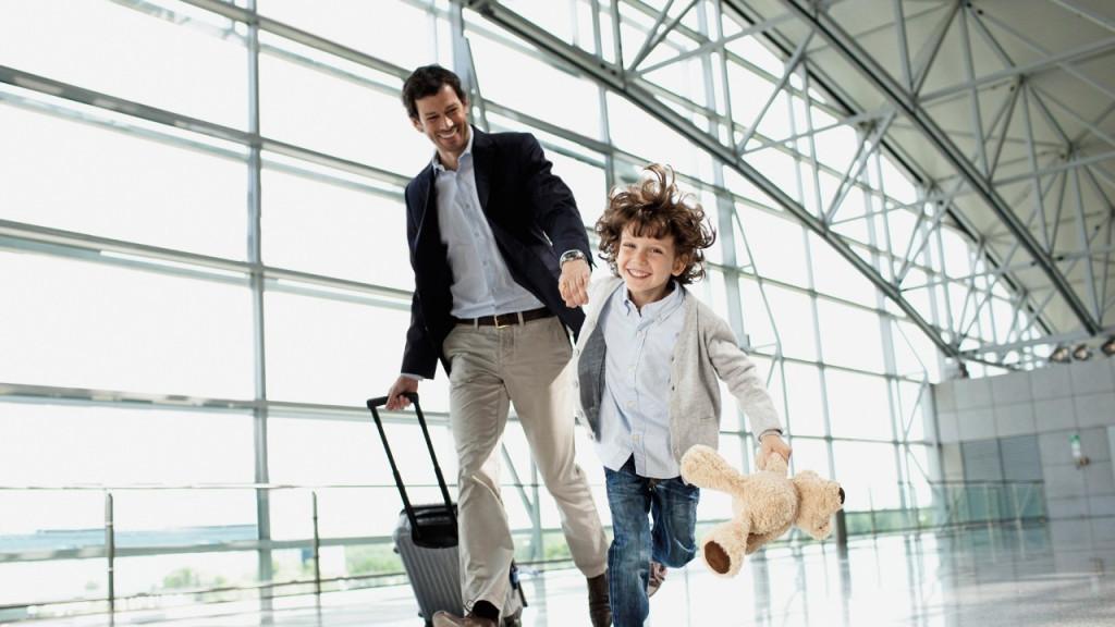 Ребенок с папой в аэропорту
