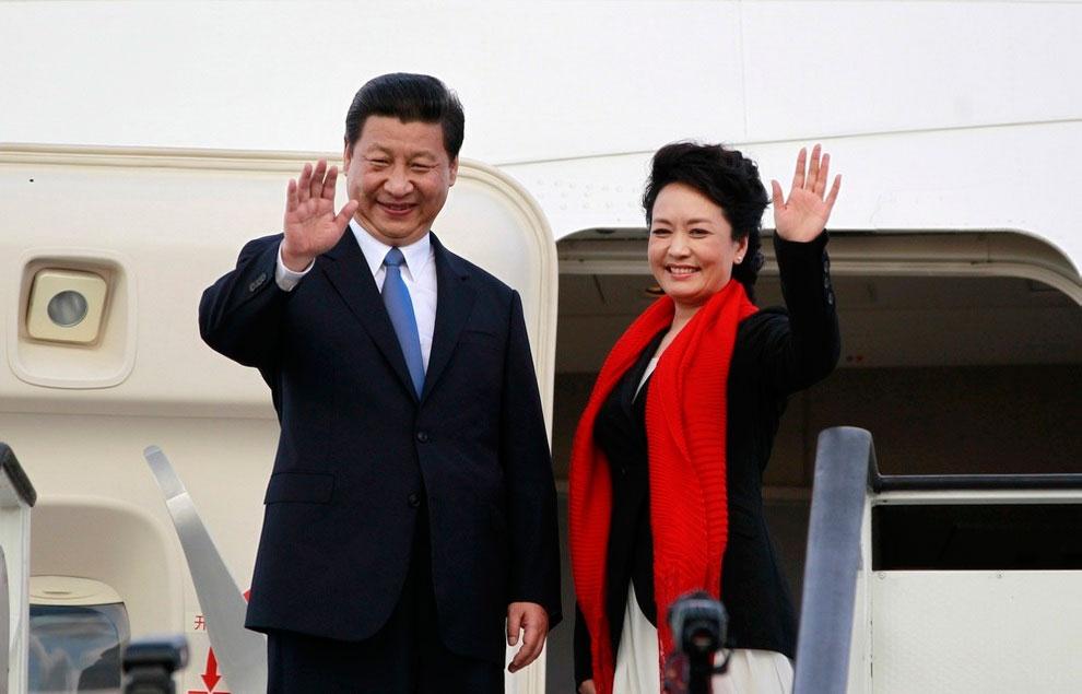 Председатель-КНР-Си-Цзиньпин-и-его-жена-Пэн-Лиюань-в-Международном-аэропорте вместе
