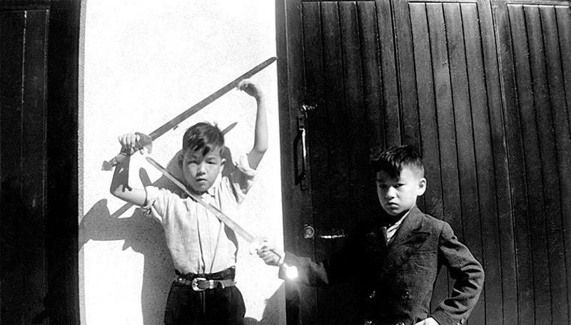Брюс Ли играет со своим братом в Гонконге