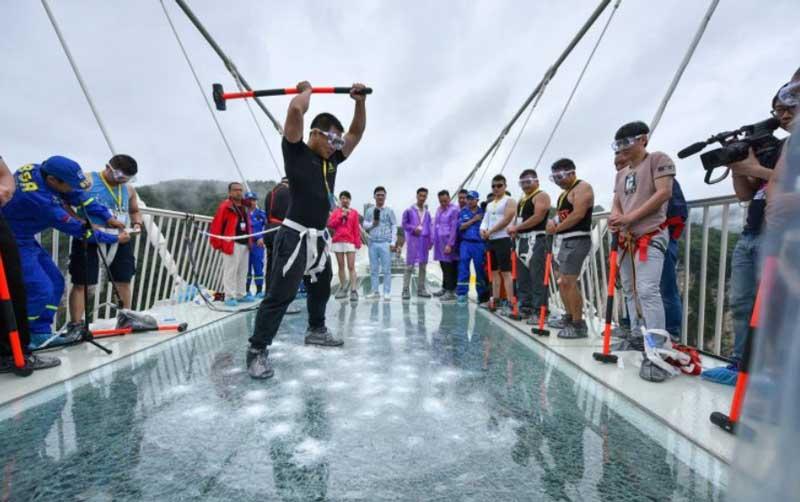 Проверка на прочность стеклянного моста в Китае