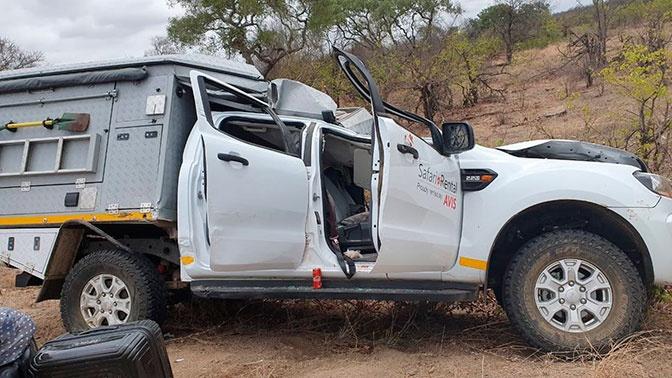 Туравтобус задавил жирафа, который, в свою очередь, задавил туриста